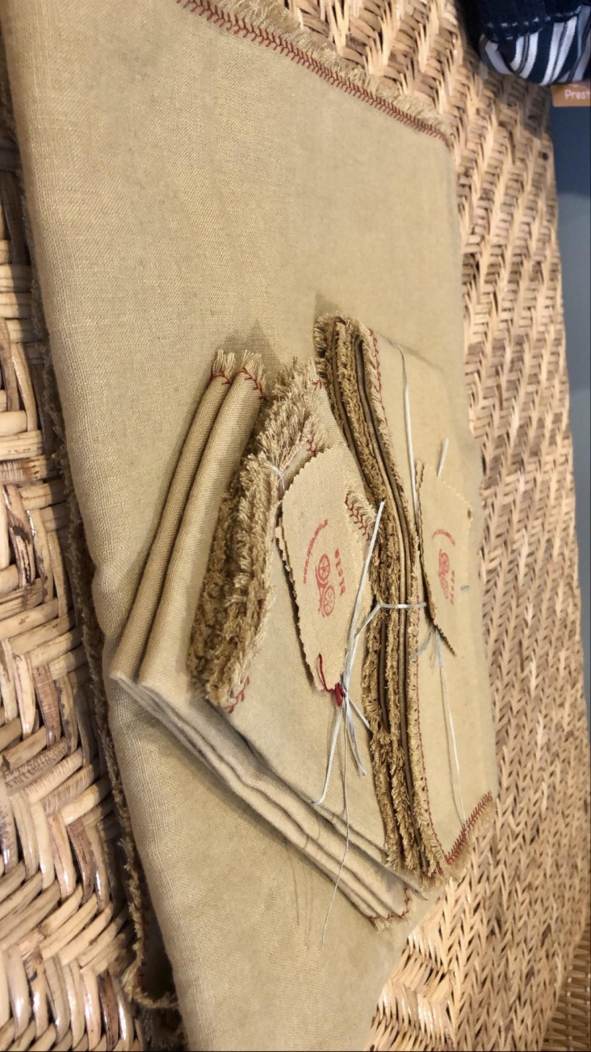 Lot nappe et serviettes de table